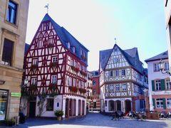 教会裏手の路地を抜けるとキルシュガルテン地区。 ドイツ伝統の木組の建物が可愛らしく並んでいました。このあたりはインスタ映えしそうなポイントが多いですね。  日曜日の午後のせいか閑散としていました。