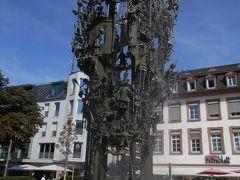 """教会を出て、町歩きを続けます。 教会前の階段を降りて、トラムが走る大通り(坂道)を道なりに下って行くとシラー広場に出てきます。    シラー広場の中心にある""""カーニバルの噴水""""(Fastnachtsbrunnen「ファスナハツブルネン」)"""