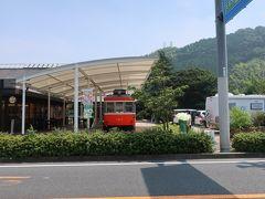 「鈴なり市場」を後にして、駐車場へ向かうと、、、あんなところに電車がー(驚)!!。