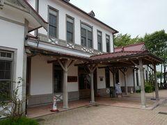 ★10:10  1時間ほどで軽井沢に到着。これから乗車するろくもんの受付は、旧軽井沢駅を再建したこちらの駅舎で行います。