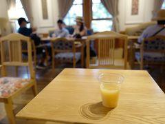 中にはお洒落なカフェもあり、ほっと一息つけます。ちなみに「ろくもん」の食事付きプランの乗客は、「ウェルカムドリンク」として1杯無料でリンゴジュース等が頂けます。