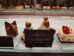 一階のドーレにて、モンブランか悩み…左のチョコレートケーキを購入しチェックイン♪