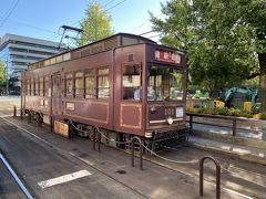 辛島町停留場で熊本駅方面の路面電車に乗り換えます。 あっレトロな列車がやってきました。