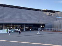 熊本駅はリニューアル中のようです。 熊本って黒色がイメージカラーなのかな?