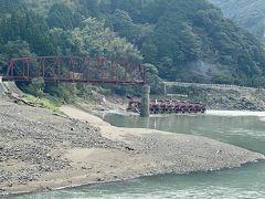 球磨川沿いを走るJR肥薩線の鉄道橋が倒壊してなんとも痛ましい姿になっています。 この橋は今から約100年前の、明治41年(1908年)に完成した球磨川第一橋梁です。  『SL人吉』が走る撮影スポットでした。