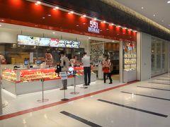 大阪『伊丹空港』南ターミナル 2F セキュリティチェック前のエリア 【551HORAI】  2020年8月5日にオープンした 【551蓬莱】大阪空港南ターミナル店 の写真。  レストランが併設されています。  看板メニューは「海鮮焼そば」。エビ・イカ・ホタテの海の幸と 野菜をふんだんに使ったあんかけ焼きそばを是非!   大阪なんば生まれの551名物「海鮮焼そば」をはじめ、自慢の料理の 数々をお楽しみください。豚まん、焼売、お弁当などお持ち帰りの 販売カウンターも併設していますので、お土産でのご利用も是非。 行きも、帰りも「551のある時~!」