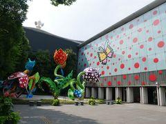 中町通から自転車をこいで到着したのは松本市美術館。