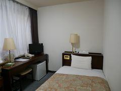 そして16時30分少し前に本日の宿泊先ホテルトレンド松本に到着。 まずはチェックイン。 コロナ対策で熱を測る。 部屋は507号室のシングルルーム。 部屋の半分がベッドだけど机もあって寝るだけなら十分な広さ。