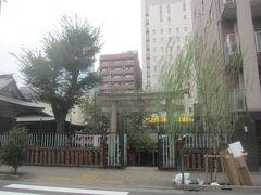通り沿いに柳森神社があります  室町時代に太田道灌が江戸城東北方面の鬼門除けとして京都の伏見稲荷大社を勧請して創建したとされ、江戸城築堤の際に対岸のこの地に遷座した