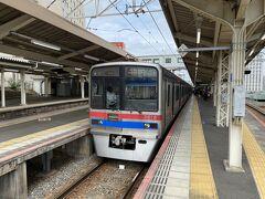 停車駅はあまりなく、65分ほどで成田に着きました。