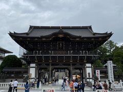 ゆっくり参道を歩いていましたが、20分ほどで新勝寺の入り口である総門に到着しました。  成田山新勝寺は真言宗智山派の総本山に一つで、全国屈指の初詣の参拝者数を誇ります。  天気はどうにか持ちこたえていましたが、それほど混雑はしていませんでした。