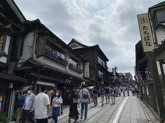 川満さんというお店が有名で整理券を出すほどだったので、別のお店で食事することにしました。 手前に映っている近江屋さんです。