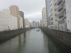 神田川に架かる美倉橋を渡り、更に総武線の高架を越えて千代田区から台東区に  近くに三つの倉があったことから「三倉橋」 転じて「美倉橋」になったそうです
