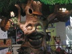 ルスツに着いたらこのような不気味な!?表情の気持ち悪い木がお出迎えです。異様に大きな唇に目が行きますが…ぜーったいキスしたくない!!←何言ってるんだか