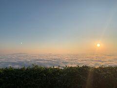 おはようございます!(小声) 未明3時過ぎに起きて、津別峠の雲海を見に来ました。 途中の道筋はおっかない峠道なので243号線から曲がるのは 空が白くなり始めてからの方がいいかもしれません。