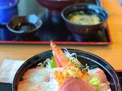 お目当ての、海鮮丼♪  新鮮で肉厚なお刺身たっぷり。ざる豆腐と茶碗蒸しも美味しいです。