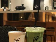 【カフェキツネ】 メゾンキツネのお隣はカフェに。 ファッションとカフェを併設してるのは国内初らしい・・。 閉店間際に滑り込みセーフ。