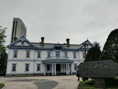 中島公園内には1880年(明治13年)に高級西洋ホテルとして開拓使が建てた豊平館がある。  当時は大通りに面した位置にあったが、1958年(昭和33年)ここに移設された。