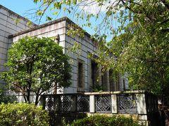 コンクリート作りの洋風建築は、「青淵文庫」。