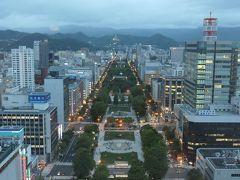 日没直後の大通公園。  大通公園の先には大倉山のジャンプ台の灯りも見える。