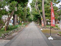 長く綺麗な参道を歩いて行くと総門、仁王門と続きます。平日の訪問なので人がいません。