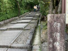 ここの台所坂(なぜ台所?)から高台寺へ行けます。今回は行きませんが良さげな階段です。
