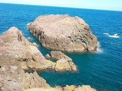 鳥居をくぐって行くと岸壁 波が荒れるとこの穴から潮が吹き出るらしい お天気良好で残念