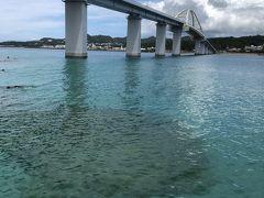 本島と瀬古島を結ぶ瀬底大橋です。 ふもとにはアンチ浜と呼ばれる白砂のビーチがあります。 地元の中学生くらいから埠頭から飛び込んで泳いでいました。 近くにこんな素敵なビーチがあるなんて、素晴らしい。