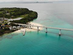 小さく見えるビーチがアンチ浜です。 橋を渡ってすぐ左側に無料の駐車場があり、そこに停車できます。 ビーチまで5分程度です。 この後は美ら海水族館に行くので、早めですがホテルにチェックインします。