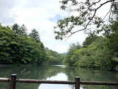 """六本辻からちょっとお散歩しながら5分くらい~ """"雲場池""""に。 曇りでもこの雰囲気!"""