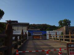 歩いて西郷銅像を目指します。 目指す途中に鶴丸城御楼門の復元工事現場の横を通りました。  その後2020年4月に完成したそうです。