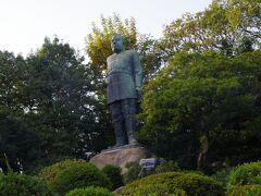 そのまま歩いて西郷銅像へ。  上野にある銅像と違い、高台の上に建てられている銅像です。 上野よりも痩せているようにみえます。