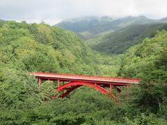 清里高原を象徴する赤い橋です。橋の先にある駐車場に造られた展望台からの眺めがおすすめです。木々に覆われた緑の渓谷、その中に浮かぶ赤い橋、山々、青い空と白い雲は絶景です。