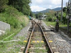 踏切から清里駅を見ました。小諸と小淵沢を結ぶ小海線です。1日10本ほどしか運行していませんが、途中、JR最高地点の野辺山駅を通ったり、八ヶ岳の勇姿を眺めたり楽しい列車の旅ができる路線です。