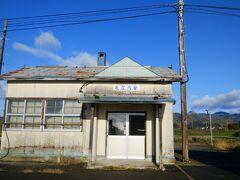 札比内駅の正面。空知の青空に駅舎が映える。