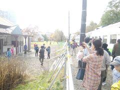 新十津川駅は廃止前のちょっとしたフィーバーで賑わう。しかし警備員を置いたり仮設の手すりを設けたり、JR北海道は全然儲けにならないだろうな。