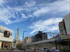 今回の待ち合わせは夕方だったのでちょっと早めに大阪に出て、ふらりと新今宮にやってきました。お土地柄のせいか、歩きたばこしてる人が多くて、吸い殻がいっぱい落ちてるね。しかも超短いの!(ノ)・ω・(ヾ)  あべのハルカスが見えてるよ。 関連旅行記:『日本一長い商店街から(今のところ)日本一高いビルへ♪ 大阪ぶらり街歩き』 https://4travel.jp/travelogue/11541884