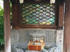 旧居留地を歩いていると三宮神社に出会う。手水場にめずらしくステンドグラスが。