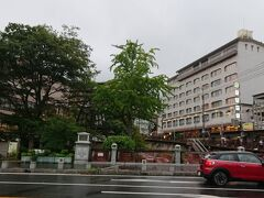 ホテルにもどって荷物を受け取り、バスターミナルから有馬温泉までバスで移動。雨が降っていなければ電車でもと思ったのですが、たまにはバスにも乗ろうかと。  有馬温泉到着。三宮からバスで小一時間でしょうか。小雨になっていました。