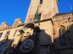 9:00旧市庁舎にある天文時計のからくり時計の仕掛けを見ようとたくさんの人がだんだんと集まってきます。