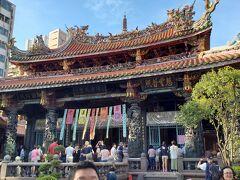 台北に来れば、必ず来る龍山寺に来ました。 何が良いって訳ではないのですが、なんか落ち着くんよね。