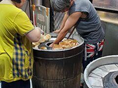 そして、ここも必ず来る胡椒餅屋さん  肉汁たっぷりで、一口かむと肉汁がたれてくるので 最初はそっと食べるのがおすすめです。