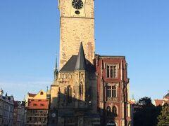 同じ旧市街広場に有名な建物が集まってます。 旧市庁舎(後から上がる予定?高いところから、眺めるのが好きなので上がれそうなところはどんどん上がります)