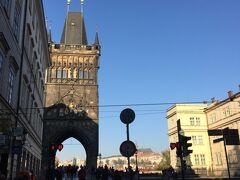 見えてきました、カレル橋の手前の旧市街橋塔