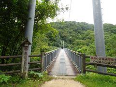 吊り橋というと、足元すけすけ、グラグラ揺れてスリリングな体験ができるものと勝手に期待していましたが... 丈夫な造りで想像とはちょっと違った。 ところが、