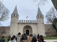 最初に向かったのはトプカプ宮殿。 やはりここは他の観光地よりも客が多いです。