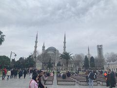 食事の後は再び歩いてブルーモスクに向かいます。