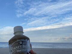 海辺で大はしゃぎ。 友人から日本の海行きたいってリクエストもらい、人混みが苦手なのでここ離島を選んだ。故国に帰れず積もっていたもやもやが少し和らいだかな。  翌朝は風も和らいでいい天気。 温かいコーヒー飲みたかったのに、離島の自販機には冷たい飲み物しかなかった。