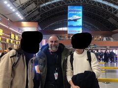 バスで空港まで向かい、ガイドさんと写真撮影。 本当に楽しい旅行でした。   ここまで読んでいただきありがとうございました。