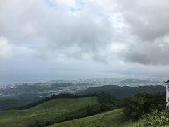 十文字原展望台から別府市街地とその向こうに高崎山、さらに大分市を見渡せます。晴れていれば、愛媛の佐多岬も見ることができます。